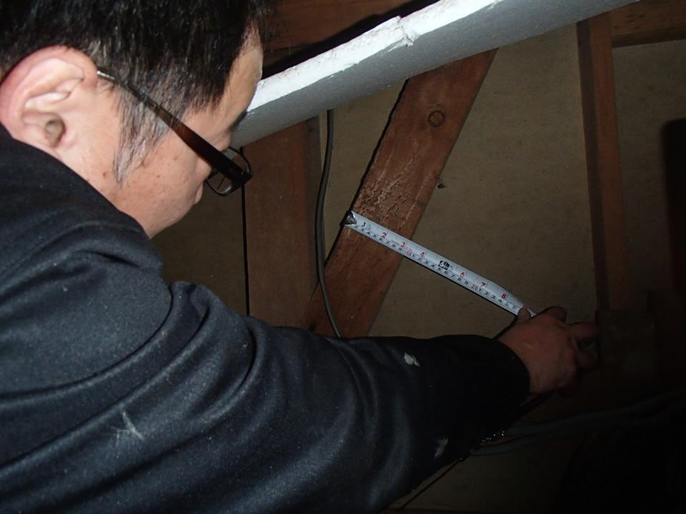 屋根裏検査の様子