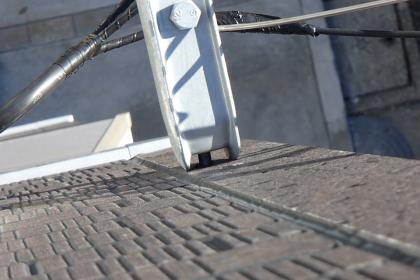 電線を金物で固定して、建物との線とつなぎます