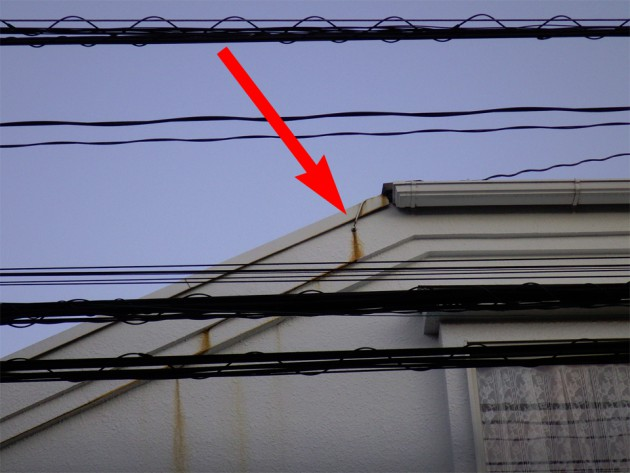 アンテナを固定するワイヤーを止めている釘