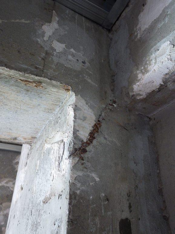 コンクリートの柱から露出した鉄筋